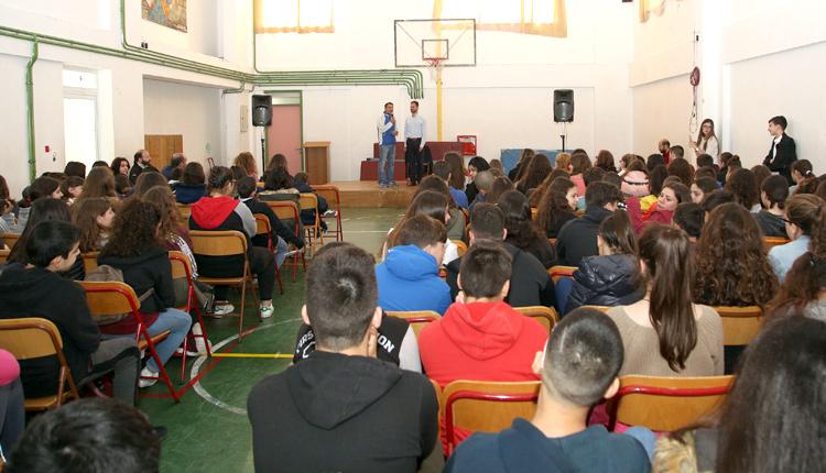 Ο Βαγγέλης Αυγουλάς και ο Νίκος Κακλαμανάκης σε ομιλία τους σε σχολείο στο Ηράκλειο