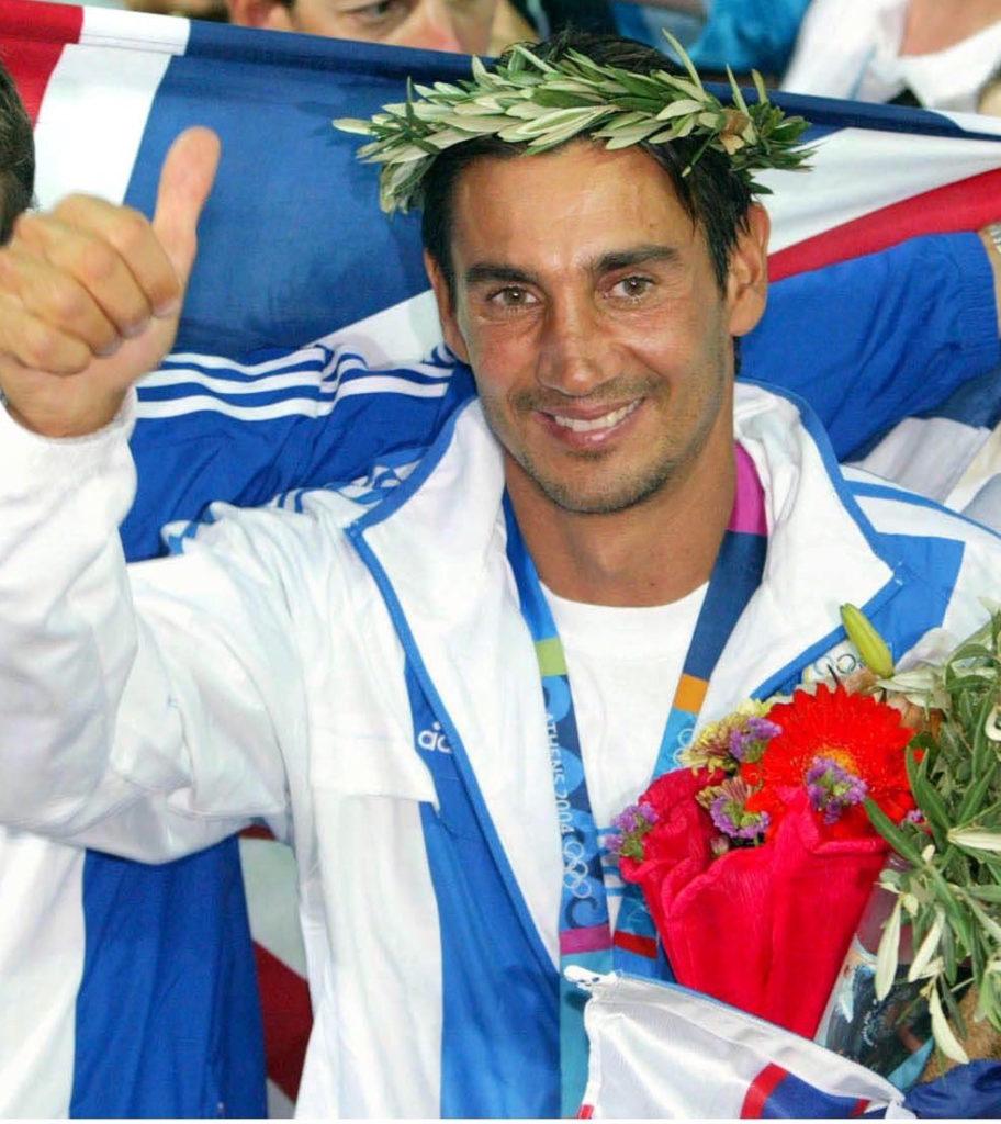 Ο Νίκος Κακλαμανάκης με στεφάνι δάφνης και μετάλλιο