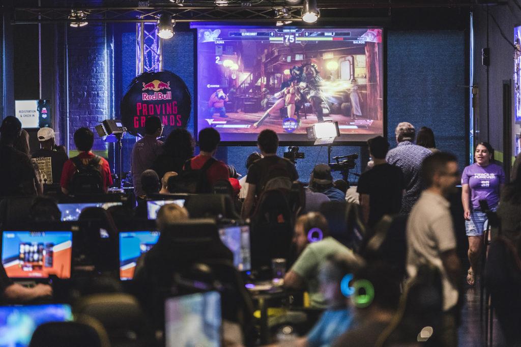 οθόνη με το παιχνίδι «Street Fighter V»