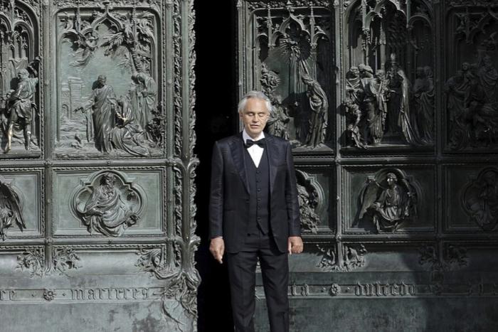 ο Andrea Bocceli έξω από το Duomo