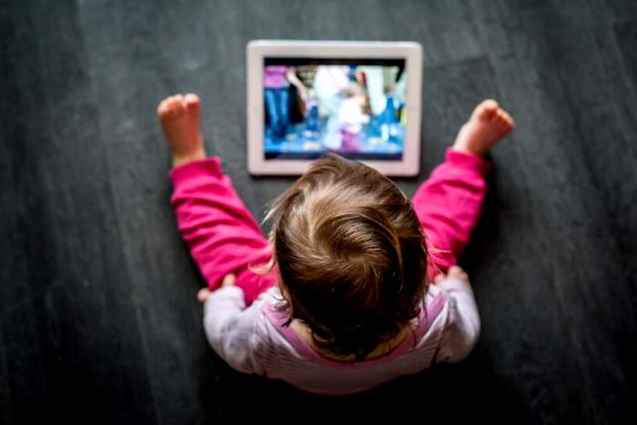 μωρό που βλέπει tablet