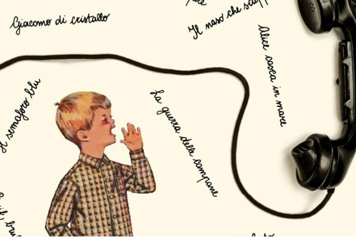 ένα παιδί και ένα ακουστικό τηλεφώνου και ιταλικές φράσεις στην φώτο