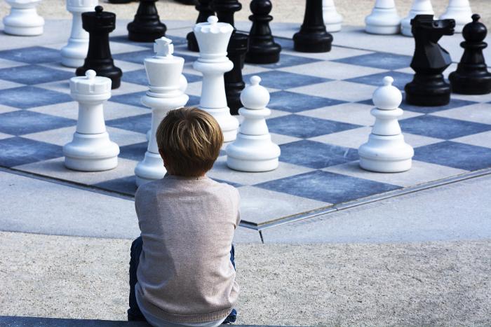 παιδί πλάτη απέναντι από επιδαπέδιο σκάκι