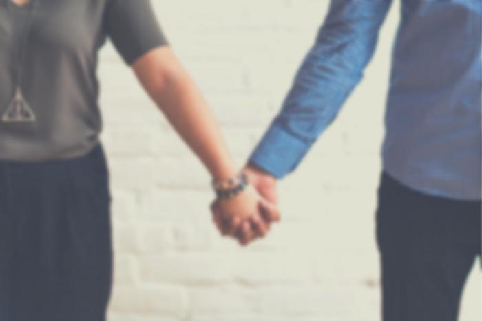 άντρας και γυναίκα που κρατιούνται χέρι χέρι
