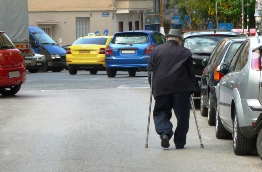 ηλικιωμένος άνθρωπος με κινητικά προβλήματα που δεν μπορεί να περπατήσει στο πεζοδρόμιο