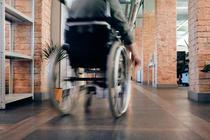 μαθητής σε αναπηρικό αμαξίδιο