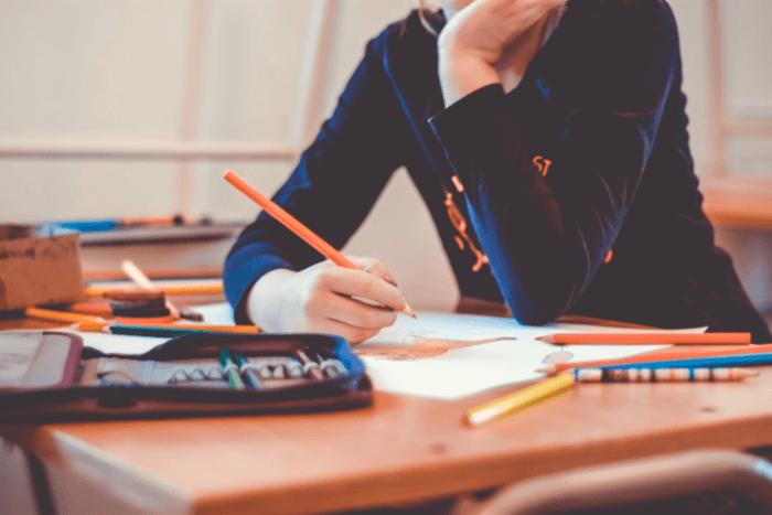 μαθήτρια που διαβάζει