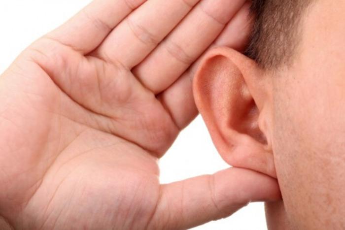 ένα χέρι πίσω από το αυτί