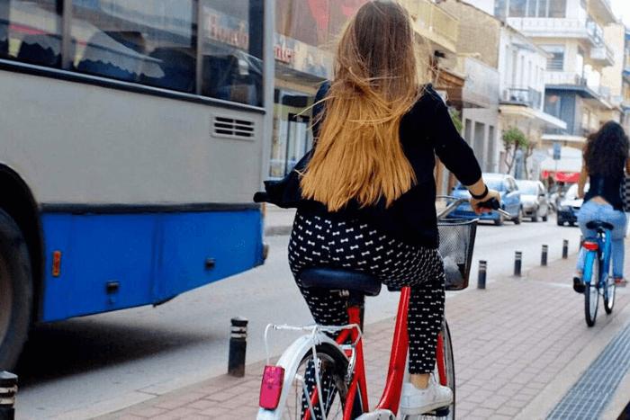 κοπέλες κάνουν ποδήλατο