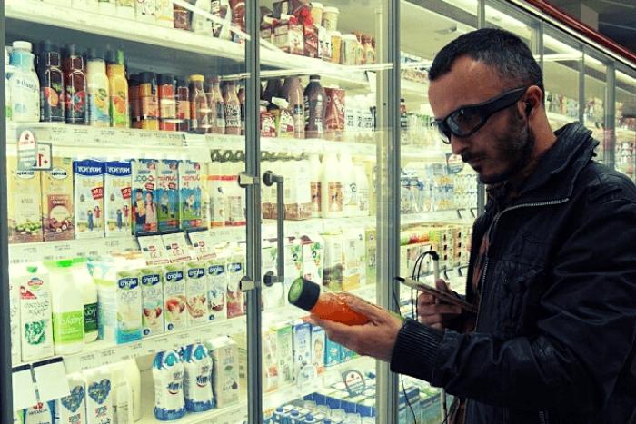 Ο Γιώργος Καρβελάς με το e-vision σε σούπερ μάρκετ διαβάζει προϊόν χυμού
