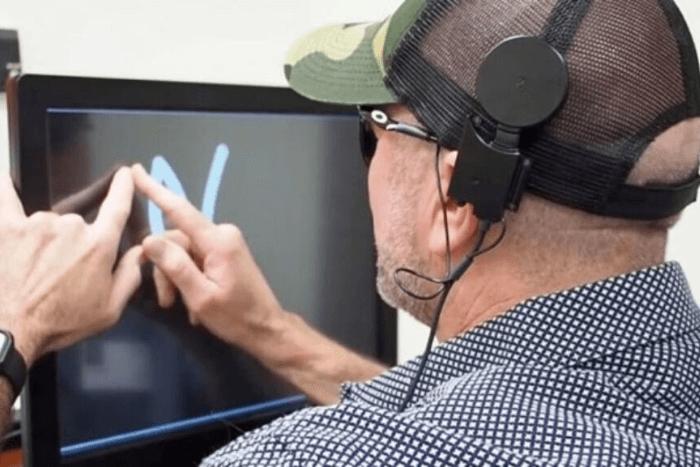 άνδρας φορώντας την ειδική συσκευή ανακαλύπτει γράμματα