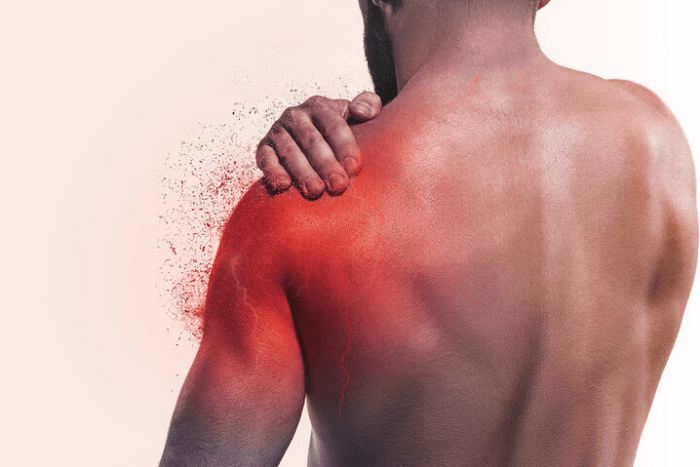 άνδρας με πόνο στην ωμοπλάτη (το σημείο του πόνου με κόκκινο χρώμα)
