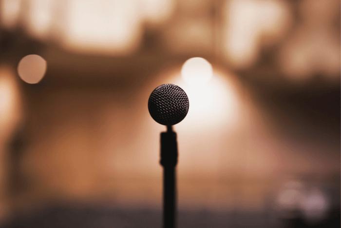 μικρόφωνο μόνο του σε μια σκηνή