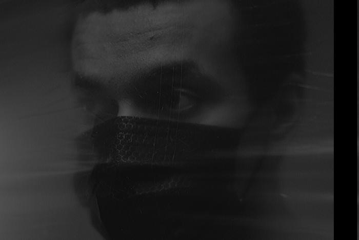 άνδρας με μάσκα