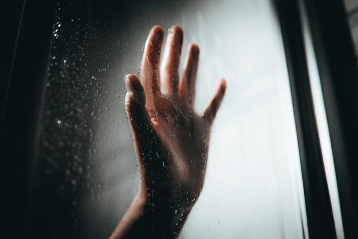 χέρι κολλημένο σε τζάμι