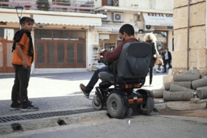 ένας από τους συμμετέχοντες της ταινίας προσπαθεί να ανέβει πεζοδρόμιο με το αμαξίδιο