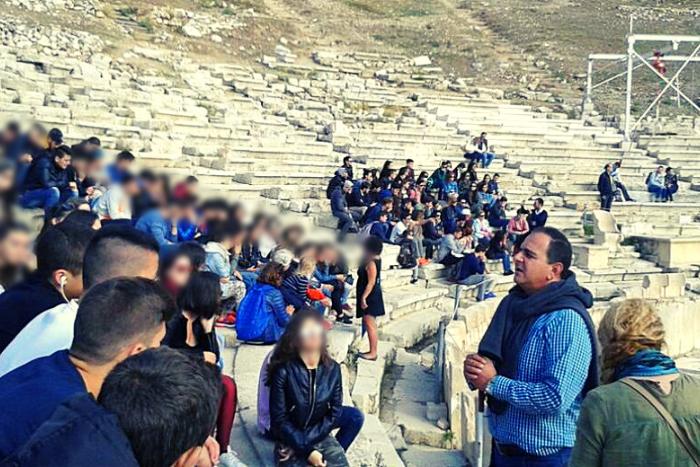 Ο Θεόδωρος Κώνστας πραγματοποιώντας ξενάγηση στο Θέατρο του Διονύσου