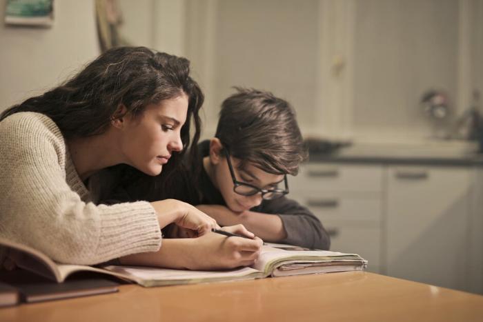 μητέρα με παιδί που διαβάζει
