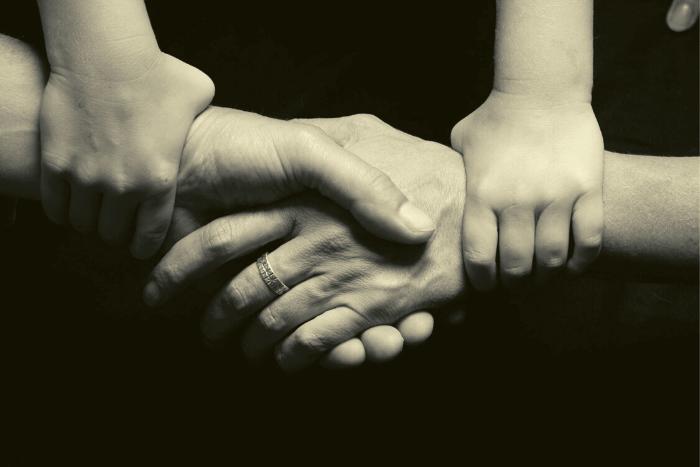 χέρια γονιών και παιδιών ενωμένα