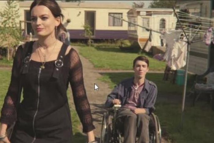 άνδρας σε αμαξίδιο και γυναίκα μπροστά του