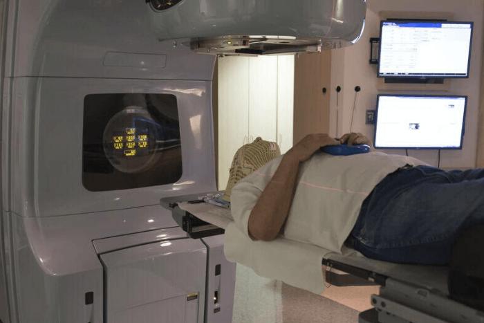 άνδρας σε μηχάνημα για ακτινοθεραπείες