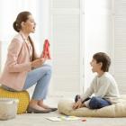 παιδί με λογοθεραπεύτρια κάνουν ασκήσεις