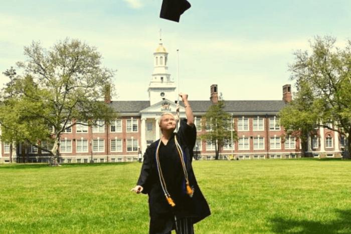 η Ανναροζ στην αποφοίτηση πετάει τον τίβενο