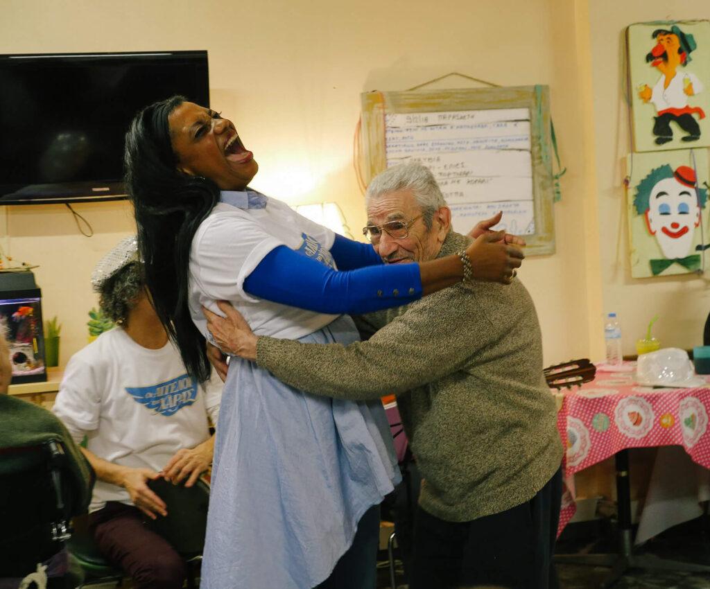 Χορός ηλικιωμένου με γυναίκα από την Ομάδα