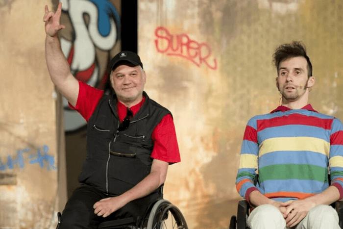 μέλη της κίνησης καλλιτεχνών με αναπηρία