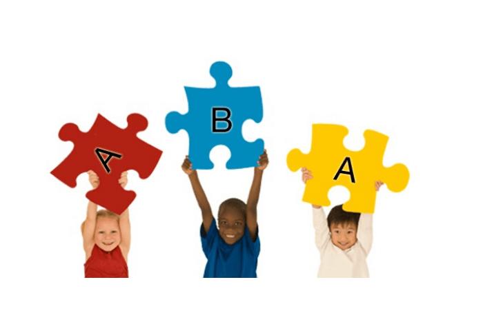 παιδιά που κρατάνε κομμάτια παζλ με γράμματα Α, Β, Α