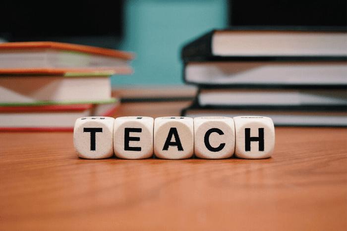 η λέξη teach σχηματισμένη από κύβους