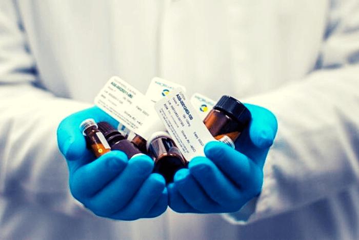 γιατρός που κρατάει φάρμακα