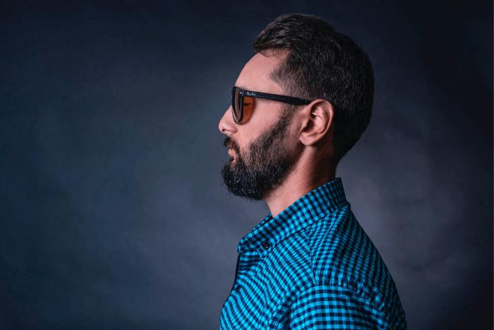 άνδρας με μαύρα γυαλιά προφίλ
