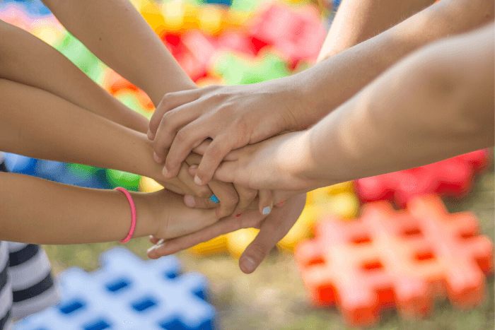 παιδιά με ενωμένα χέρια παίζουν