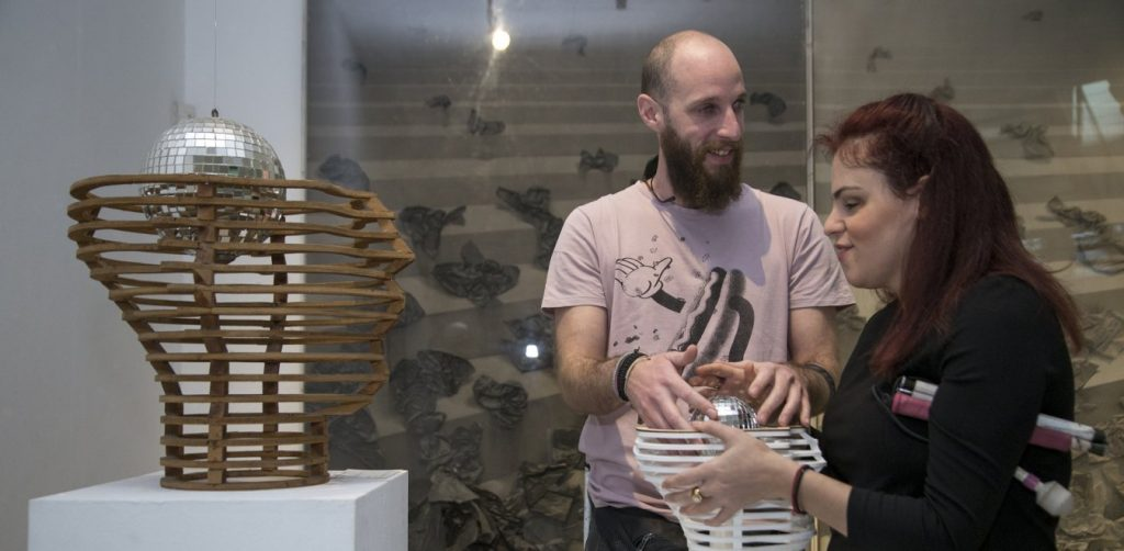 Δύο άτομα με προβλήματα όρασης άντρας και γυναίκα αγγίζουν έργα τέχνης