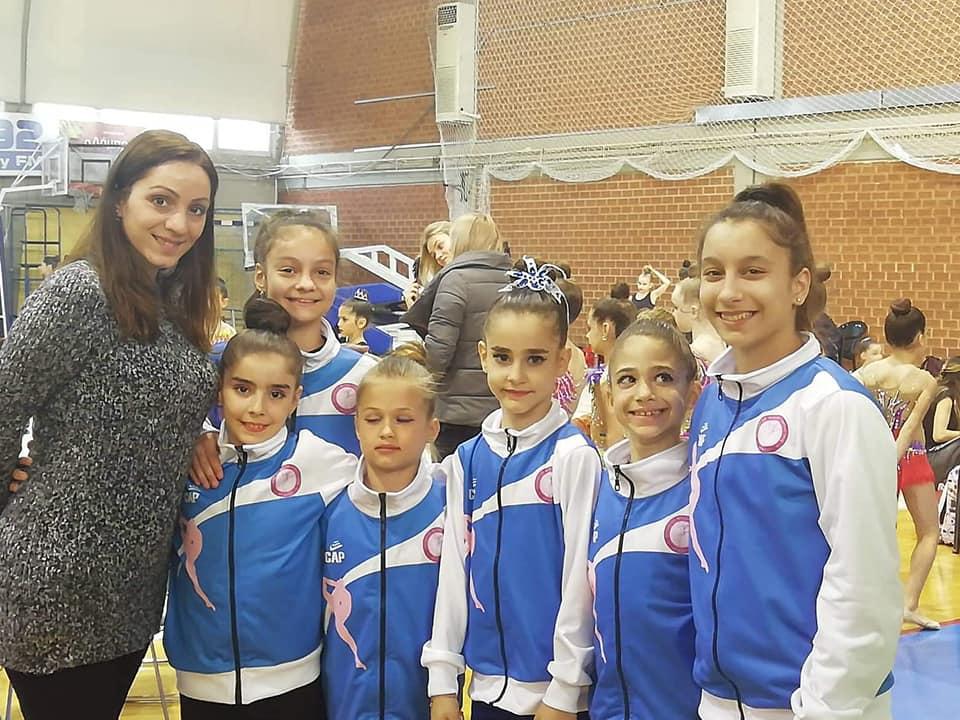 Η Εύα Χριστοδούλου με μικρές αθλήτριες από ΣΦΙΓΑ