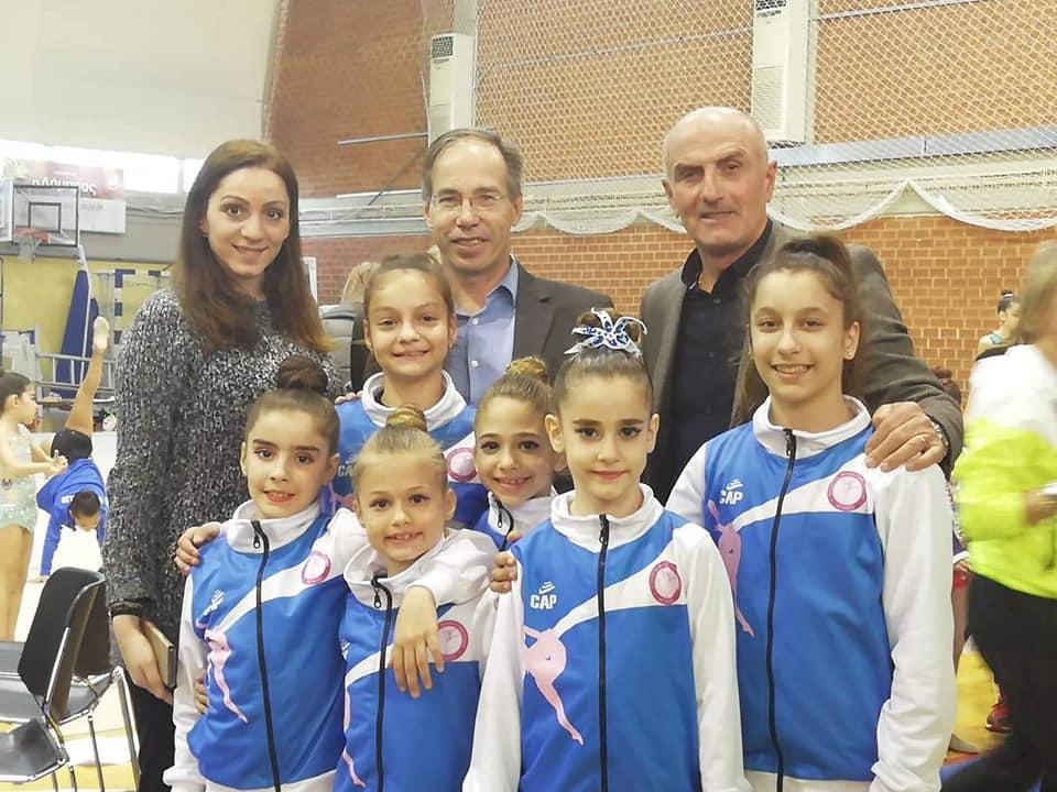 Η Εύα Χριστοδούλου με τον Γενικό Γραμματέα Αθλητισμού Γιώργο Μαυρωτά και μικρές αθλήτριες από την ΣΦΙΓΑ