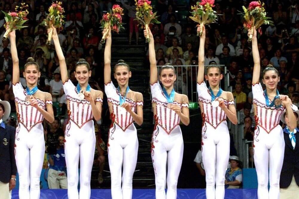 Ειρήνη Αϊνδηλή, Εύα Χριστοδούλου, Μαρία Γεωργάτου, Χαρά Καρυάμη, Κλέλια Πανταζή και Άννα Πολλάτου με μετάλλια
