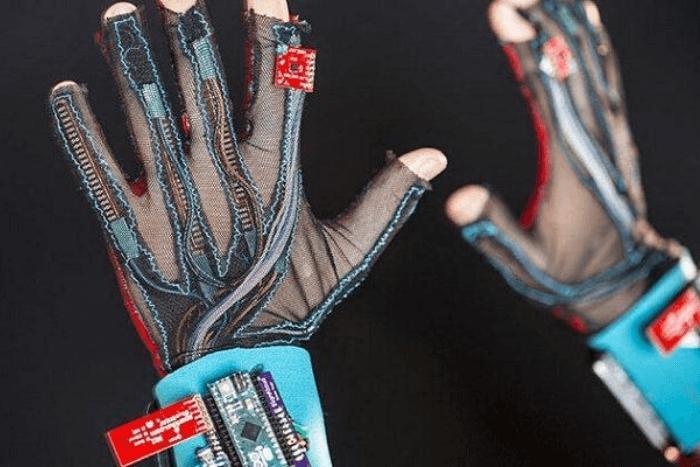 χέρια που φοράνε το έξυπνο γάντι