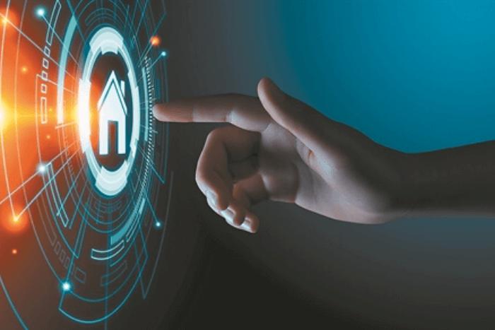 χέρι που ακουμπάει ψηφιακή οθόνη με εικονίδιο σπιτιού