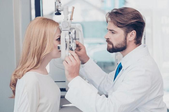 γιατρός κάνει οφθαλμολογικό έλεγχο σε ασθενή