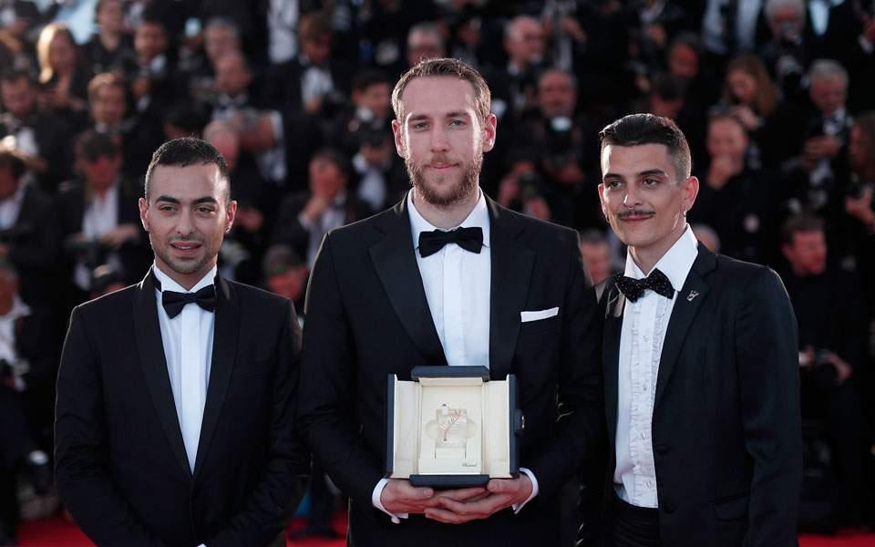 Ο Βασίλης Κεκάτος φωτογραφίζεται με τον Χρυσό Φοίνικα που κέρδισε στις Κάννες και τους πρωταγωνιστές της ταινίας του