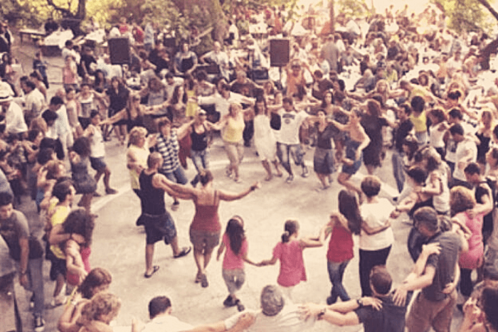 φωτογραφία από πανηγύρι άνθρωποι που χορεύουν