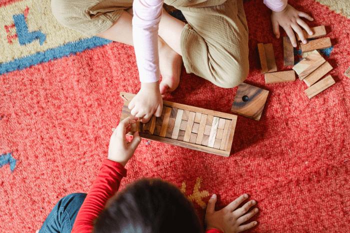 δύο παιδιά που παίζουν jenga