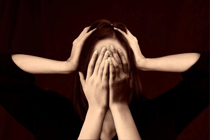 γυναικεία φιγούρα με χέρια στο κεφάλι και στο πρόσωπο