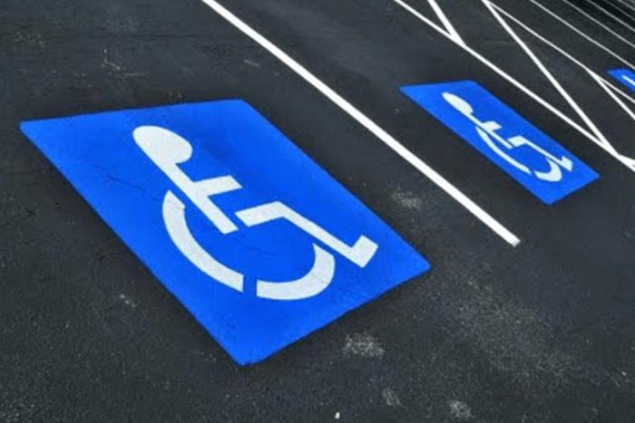 Αναπηρικό σήμα σε θέση στάθμευσης