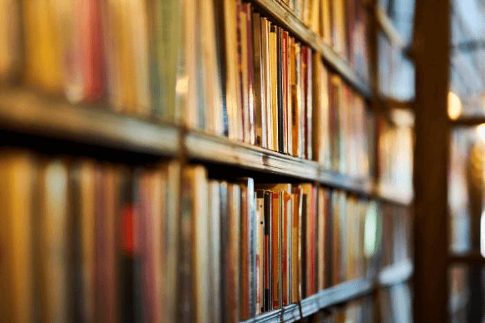 βιβλιοθήκη με πολλά βιβλία