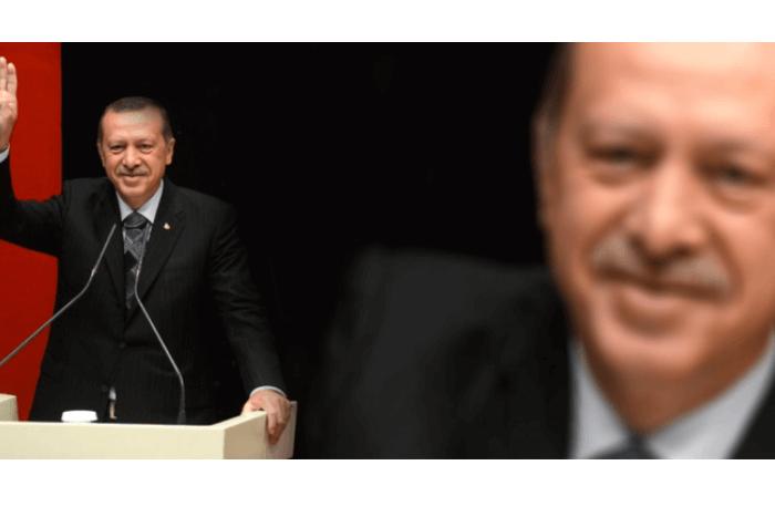 2 εικόνες του Ερντογαν, η μία κοντινή και η άλλη μακρινή που σηκώνει το δεξί χέρι σε χαιρετισμό.