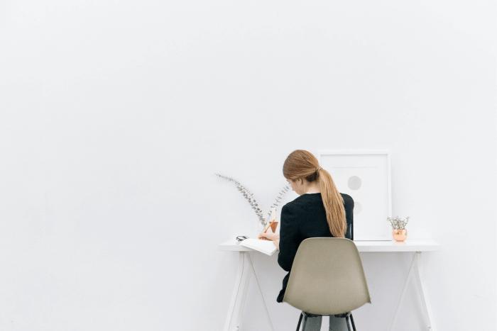 Γυναίκα που κάθεται σε γραφείο στον προσωπικό της χώρο
