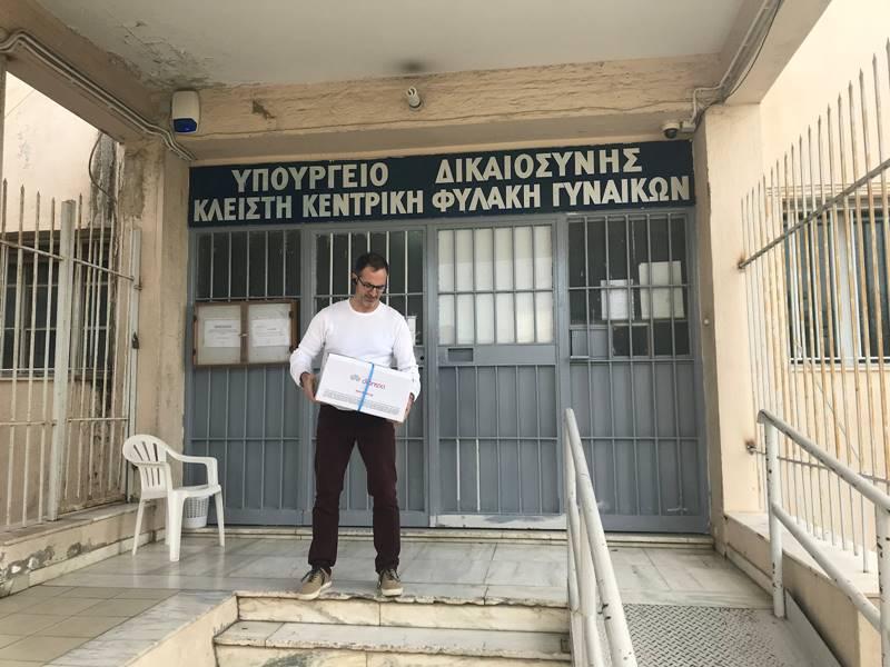 Παράδοση βιβλίων στις φυλακές Κορυδαλλού